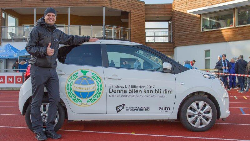Så glad blir man når man nettopp har vunnet en bil. Foto: Rune Eikeland, RM Foto.