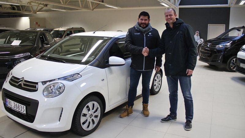 Arild mottar bilen hos Auto 2000. Her sammen med kommersiell leder i Sandnes Ulf, Einar Auestad.