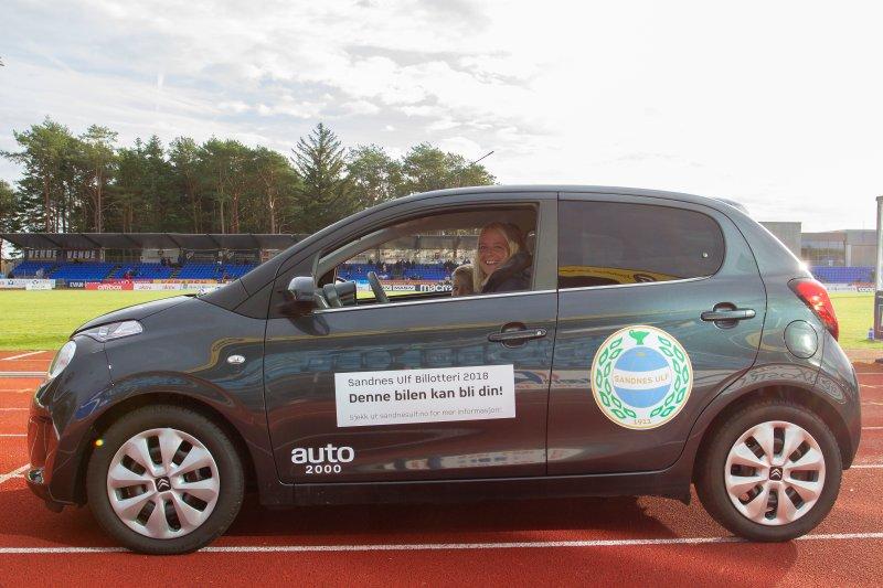 Ingunn Reed Anda tok i mot bilen på vegne av Eivind Reed. Foto: Rune Eikeland, RM Foto.