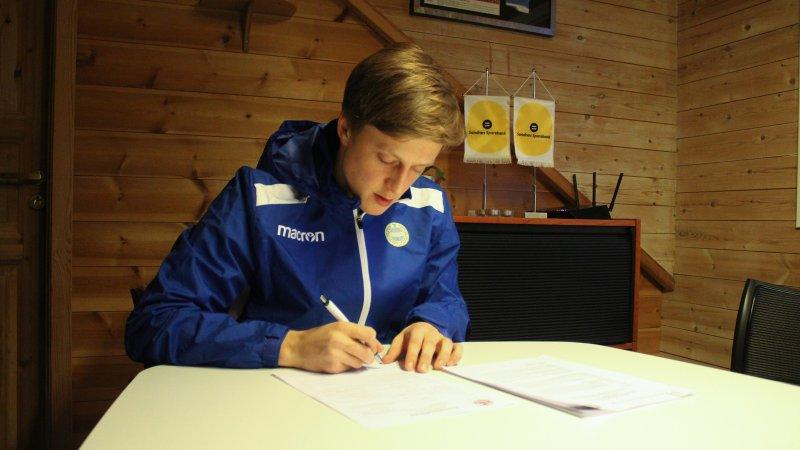 Kleppa signerer under 2-årskontrakten. Foto: Morten Wiik Larsen.