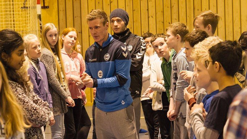 Trond Erik Bertelsen og Anel Raskaj på skolebesøk i 2016.