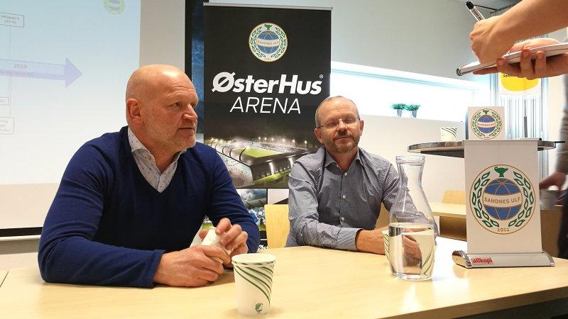 Njål Østerhus (til venstre) og Cato Østerhus (til høyre) under fredagens pressekonferanse.