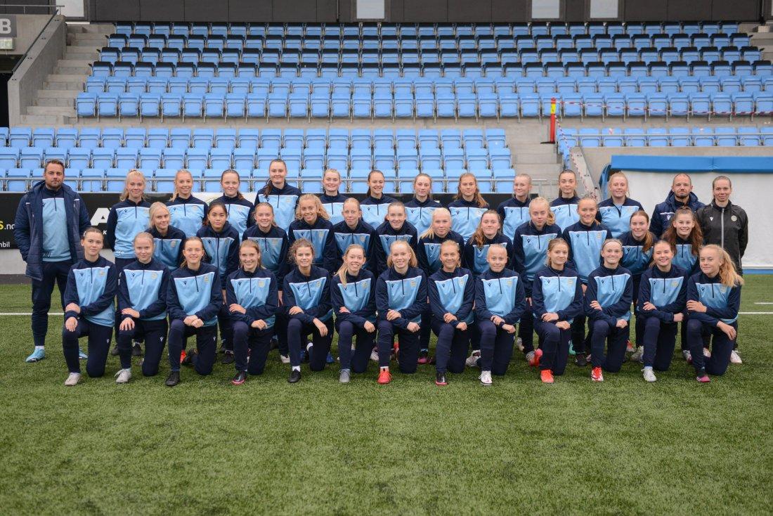 Lagbilde Sandnes Ulfs damelag og J15^J med trenere.jpg