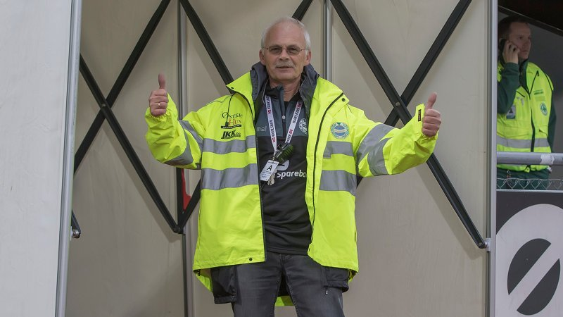 Det er mye godt humør i kulissene på Sandnes Ulfs hjemmekamper. Her er frivillig Jan Kåre Horpestad.