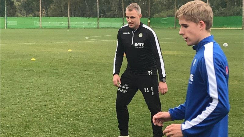 Juniorspilleren Jo Stålesen er med de lyseblå på treningsleir for første gang. Her sammen med hovedtrener Bengt Sæternes.
