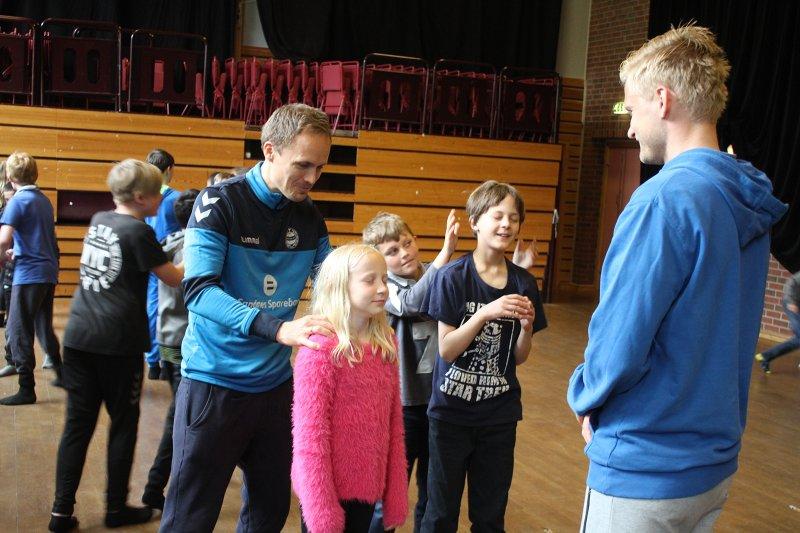 Sandnes Ulf drar rundt på utallige klubb- og skolebesøk i løpet av et år.